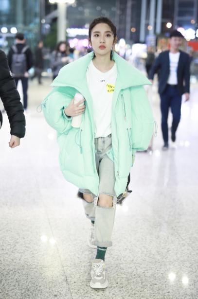 唐艺昕现身上海机场 甜心小可爱的保暖时髦穿搭