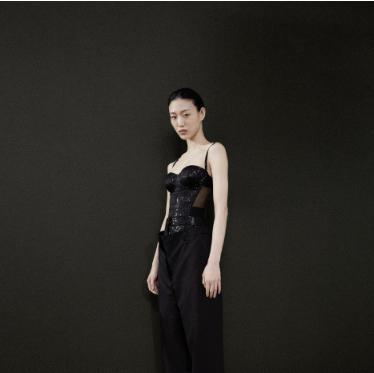 博柏利 (Burberry) 2019早秋系列 透过现代化的英伦视角对礼服进行全新演绎