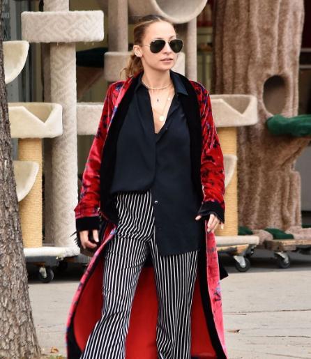 妮可·里奇洛杉矶街拍 衬衫阔腿裤搭配长袍的慵懒风