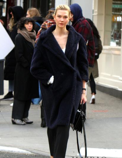 卡莉·克劳斯 纽约街拍 大衣搭配红色高跟鞋气质优雅