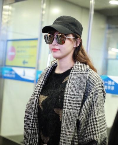 唐嫣现身北京机场 身穿星星毛衣温暖又甜美