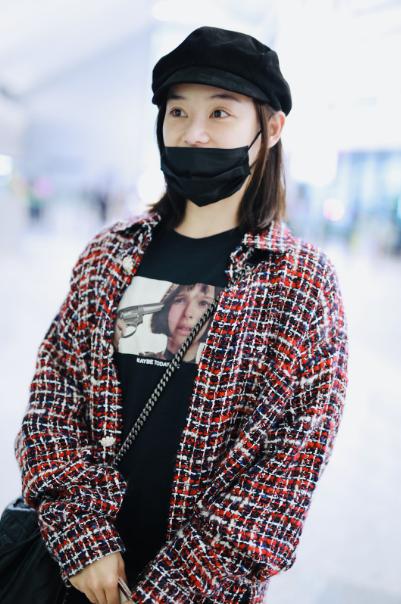 袁姗姗现身上海机场  身穿小香风外套美艳可人