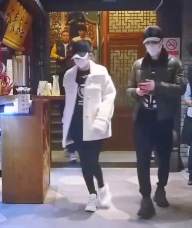 赵丽颖吃饭被偶遇 与冯绍峰一起头戴棒球帽口罩遮面