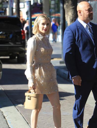艾玛·罗伯茨好莱坞街拍 香槟色连衣裙搭配Mark Cross水桶包精致的小公主