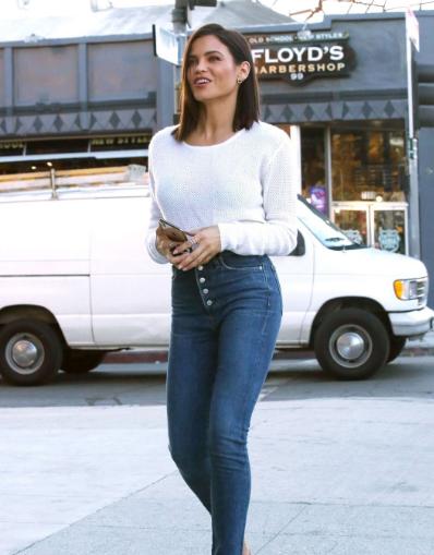珍娜·迪万洛杉矶街拍 针织衫搭配紧身牛仔裤简单穿出好比例