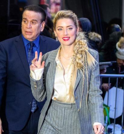 Amber Heard纽约街拍 休闲西服套装配上高调红唇 魅力四射