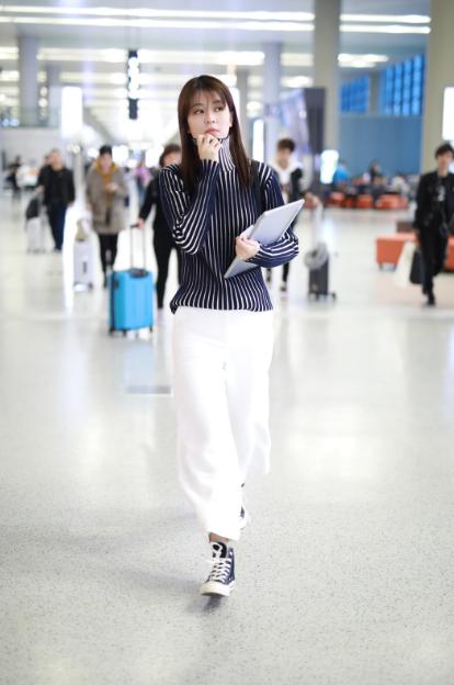 乔欣日现身上海机场 身穿高领衫温柔乖巧