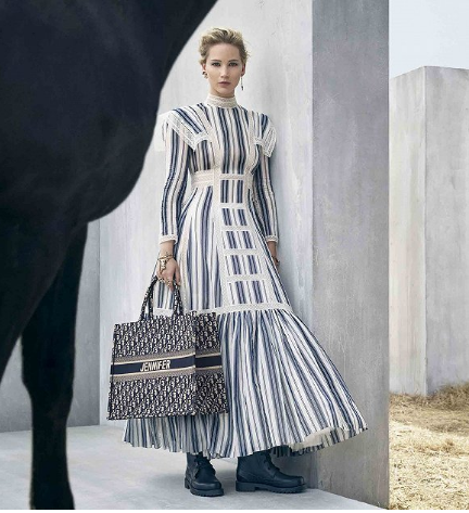 Dior推出包袋个性化刺绣服务