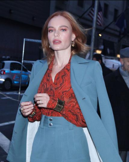凯特·波茨沃斯纽约街拍 红色衬衫搭配西服套装优雅动人