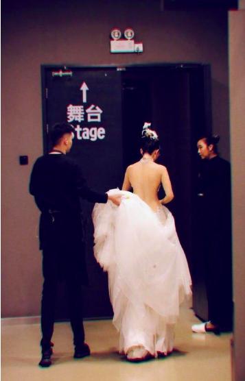 60岁杨丽萍晒背影照 大方展露美背
