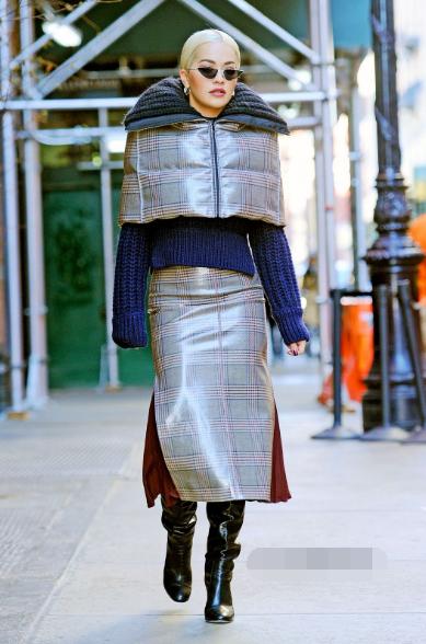 瑞塔·欧拉纽约街拍 Fendi灰色光泽感羽绒披肩搭配同系列格纹裙
