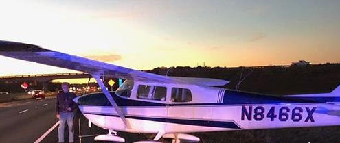 私人飞机发生引擎故障 强行降落在高速公路