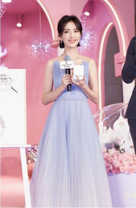 佟丽娅惊喜亮相 共同见证钻石世家上海新形象店的闪耀揭幕