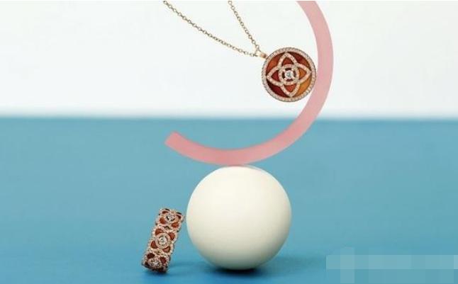 戴比尔斯Enchanted Lotus玫瑰金玛瑙链坠及全新戒环:奏响新春序曲