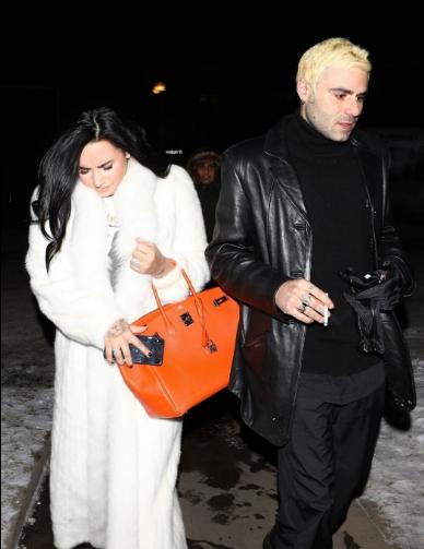 黛米·洛瓦托 阿斯彭街拍 白色皮草长大衣搭配黑色靴子