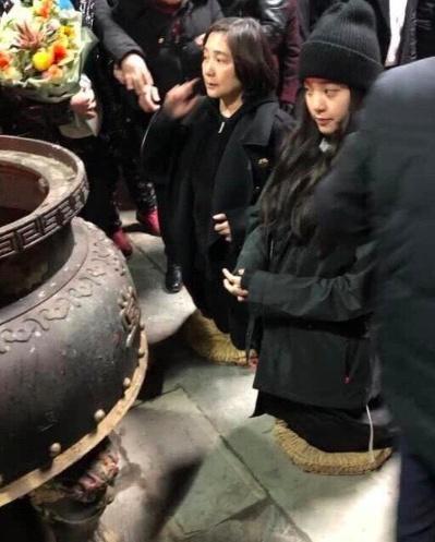 欧阳娜娜回老家祭祖 村民欢迎阵容太夸张