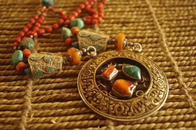 银饰品:蒙古族生活中无处不在的装饰