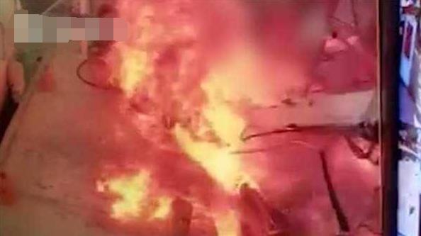 游艇加油后突然爆炸 一名男子当场被烧成火球