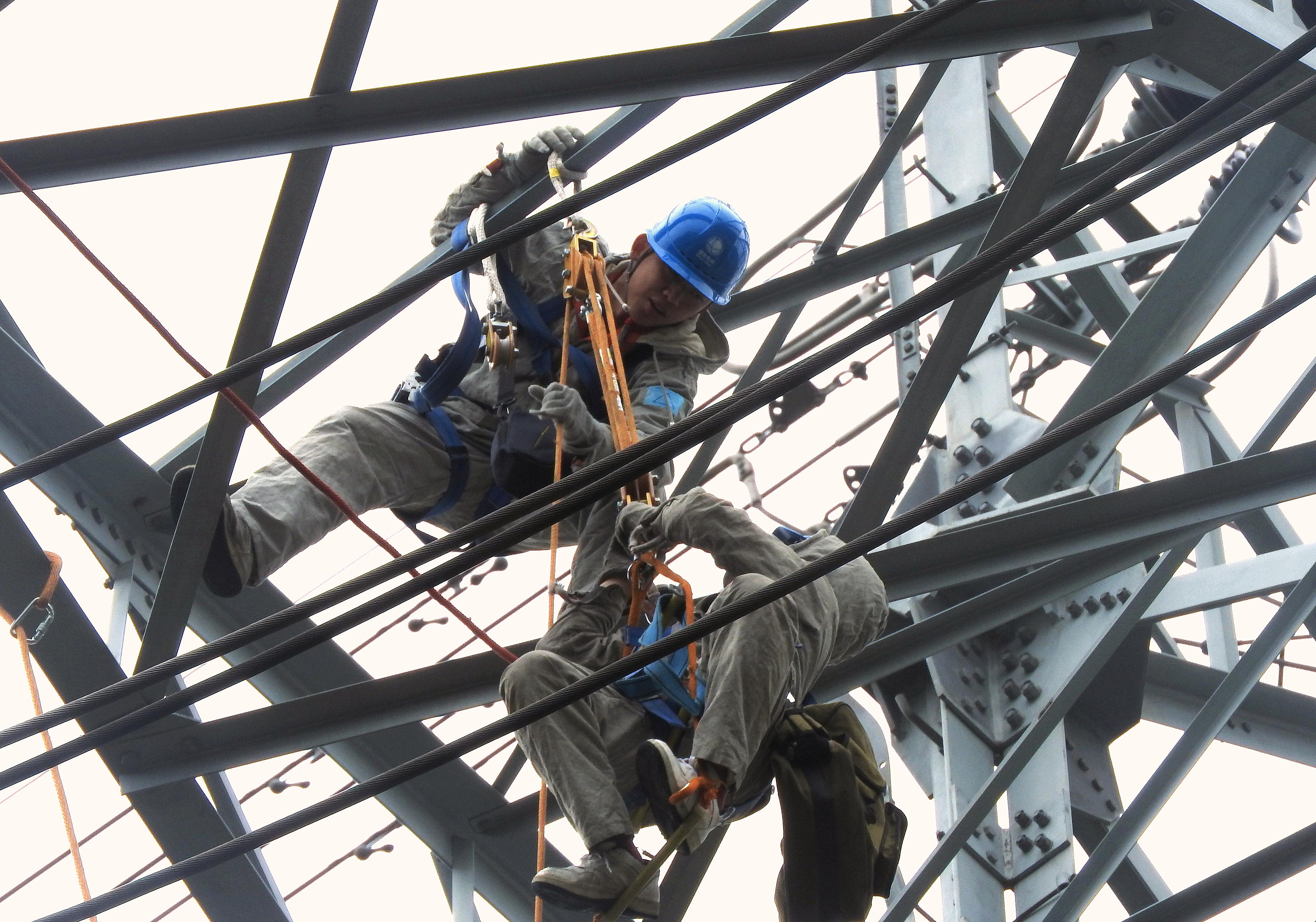 福建电力检修开展新年首次带电作业