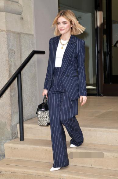 Lucy Hale纽约街拍 条纹西服套装外加米灰色大衣