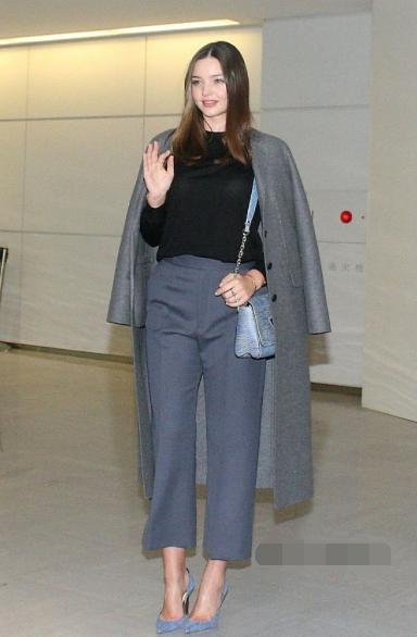 Miranda Kerr日本机场街拍 一身黑灰色系搭配知性优雅