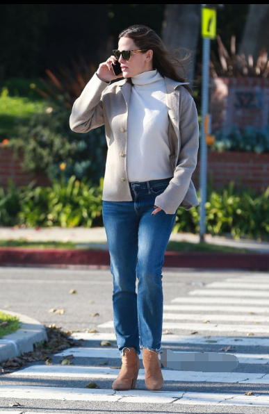 Jennifer Garner布伦特伍德街拍 燕麦色短款外套搭配白色高领毛衣