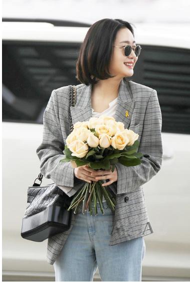 韩明星金高银最新机场街拍 背Chanel Gabrielle小香流浪包随性帅气