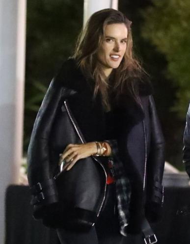 亚历山大·安布罗休 (Alessandra Ambrosio) 街拍 黑色皮毛一体外套搭配牛仔裤