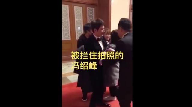王源冯绍峰被拉扯拍照 疯狂粉丝真可怕!