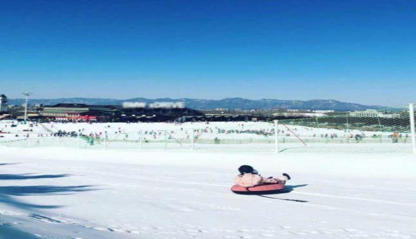 李小璐久违晒照 带着甜馨蹲去滑雪了