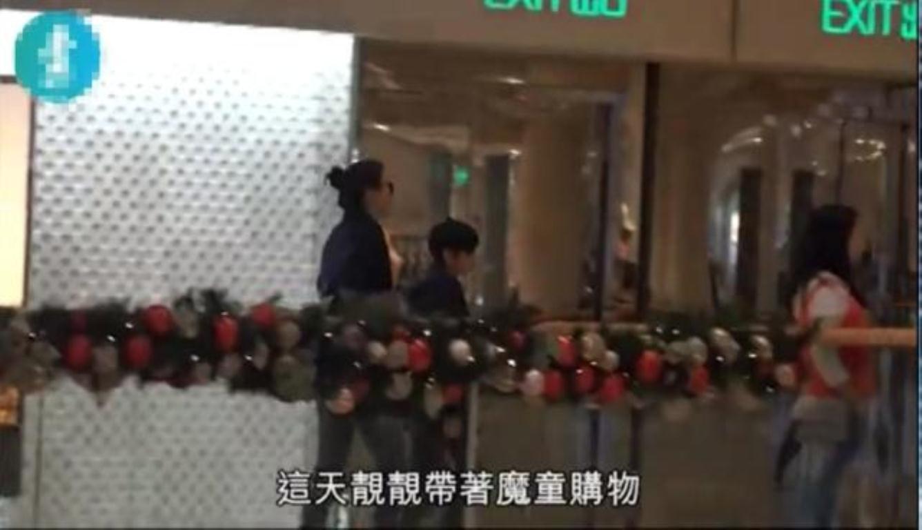 袁咏仪带儿子逛街 12岁的魔童就像个小大人