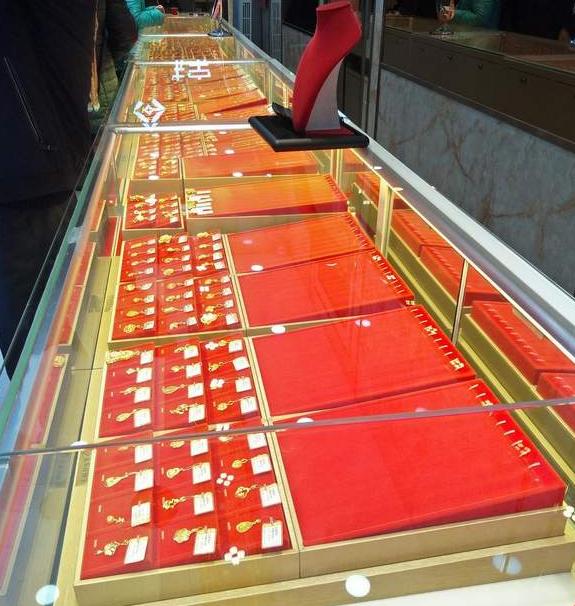 一男子凌晨取下珠宝店防护栏 盗走价值120万黄金首饰