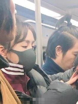 秦岚坐地铁赶彩排 戴口罩难掩光彩