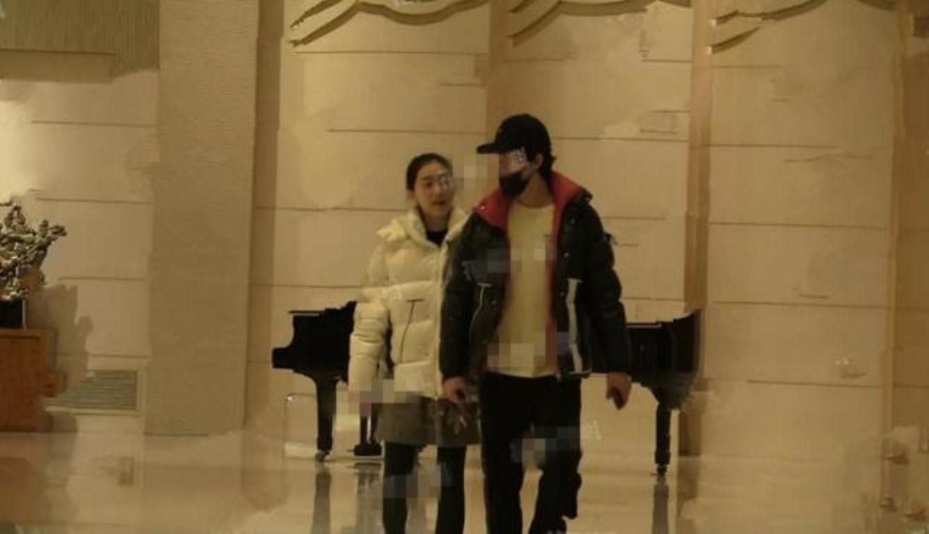李云迪新恋情疑曝光 两人穿着情侣款羽绒服