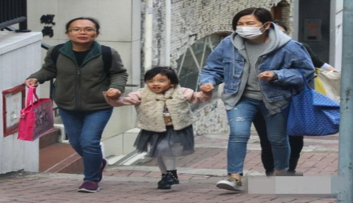 刘恺威陪女儿过年 被记者问离婚原因挥手bye bye