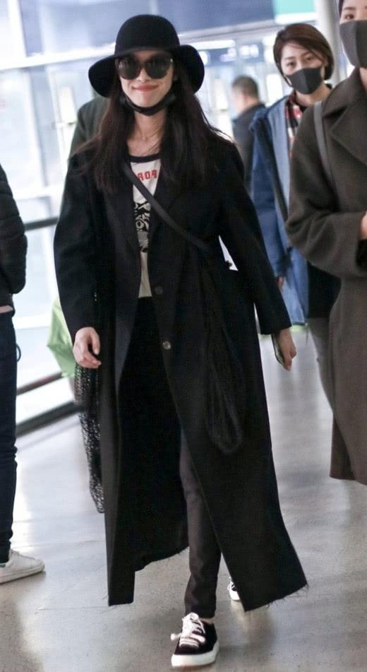 冬季日常穿衣搭配示范 黑色大衣让你显瘦不止一点点