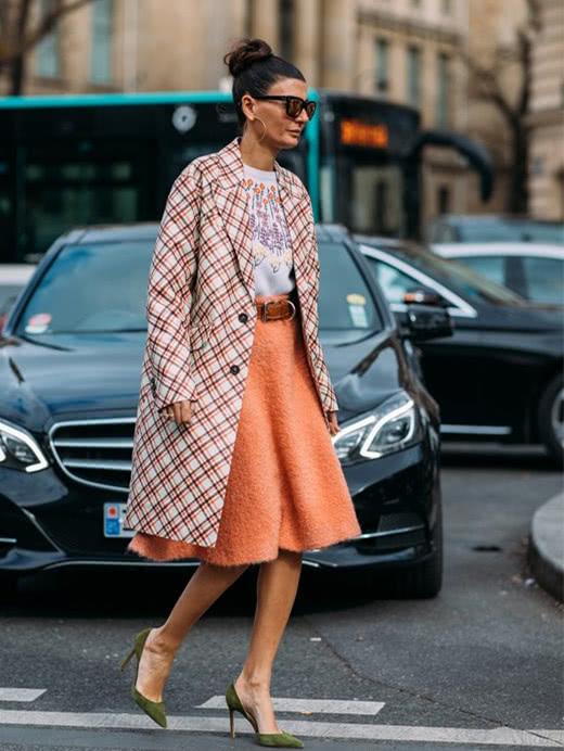 冬季穿衣搭配技巧示范 大衣+裙子秒变时髦精