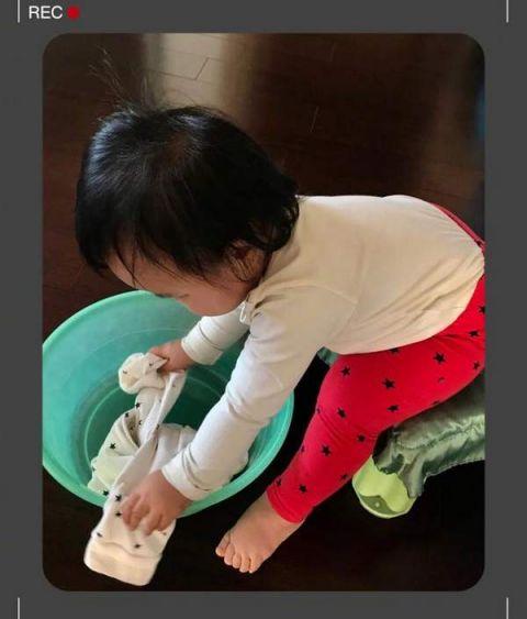 朱丹晒女儿洗衣 忙叨的不亦乐乎