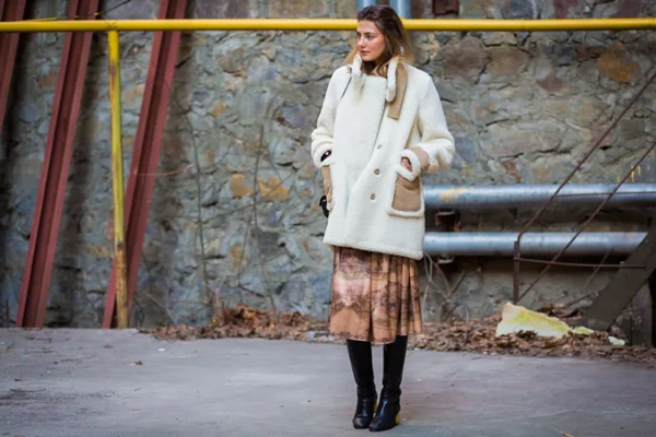 欧美博主教你穿衣搭配 白色羊羔毛外套自带软萌属性