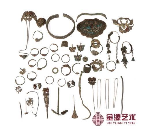 深圳金源艺术馆展出了一组罕见的清代银首饰