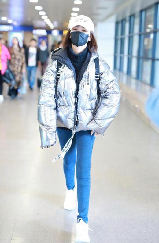 冬装穿衣搭配技巧示范 羽绒服+牛仔裤舒适又耐看