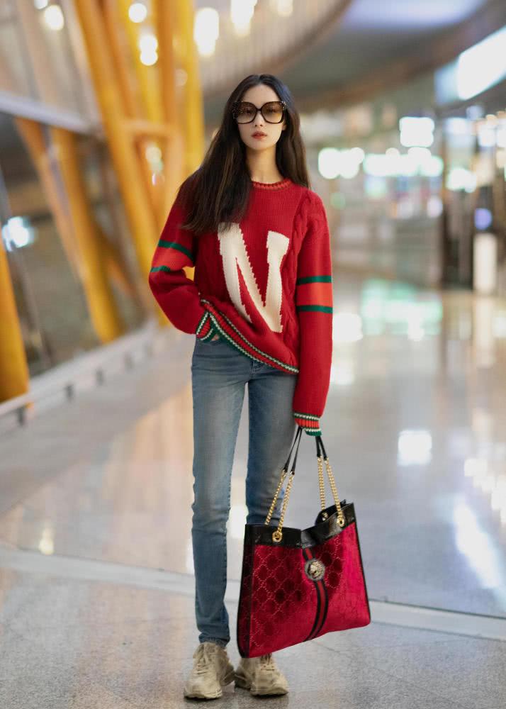 跟倪妮学穿搭 红色毛衣带来春天的明媚少女