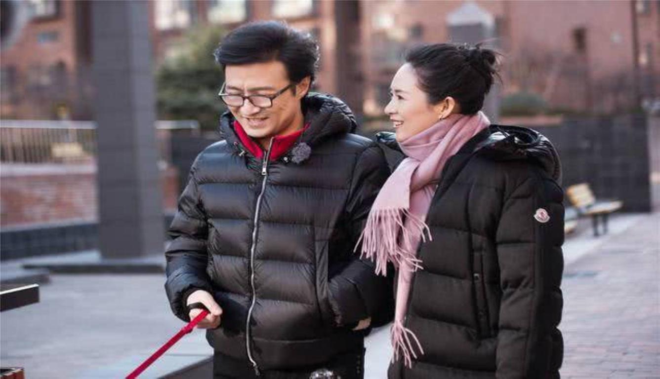 汪峰夫妇同行遛狗 有说有笑很是甜蜜