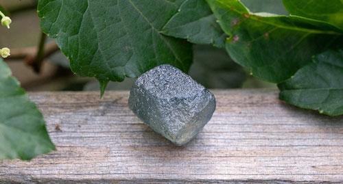 美国发现一颗重达64.14CT的蓝宝石原石