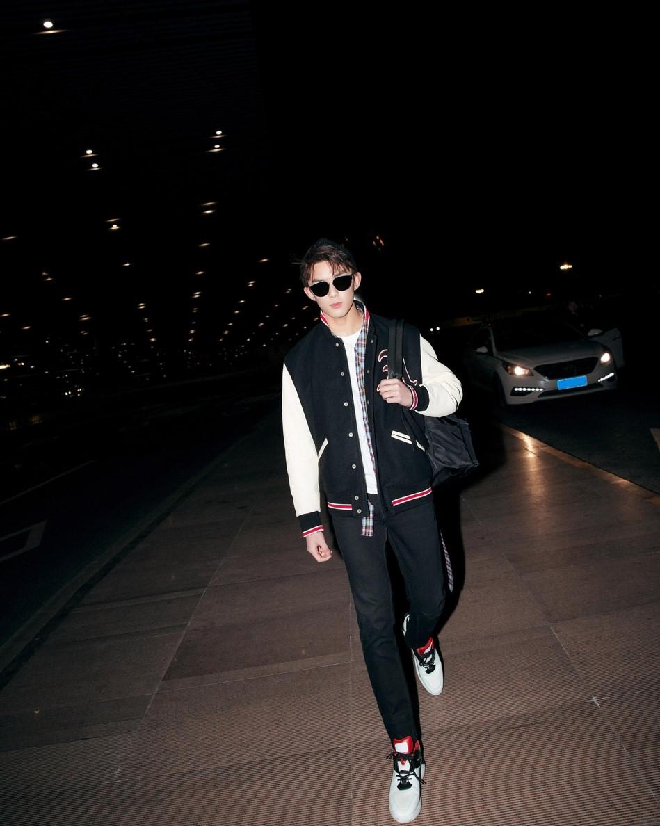吴磊启程米兰时装周 黑白造型也不失青春洋溢