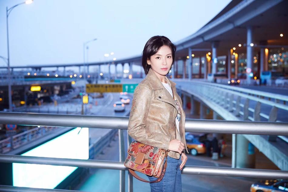 刘涛启程米兰时装周 卡其色夹克演绎意式率性