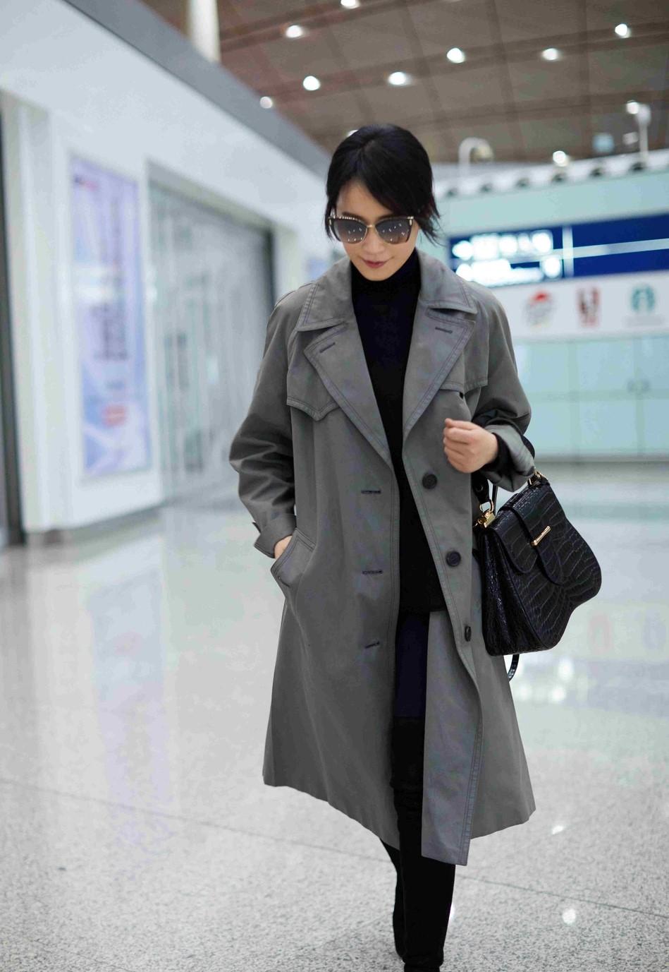 俞飞鸿启程米兰时装周 灰色风衣优雅大方