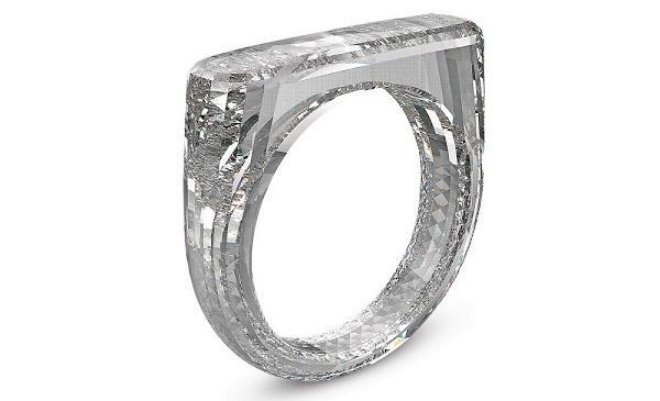 一枚完整合成钻石戒指——「Red」在迈阿密拍卖