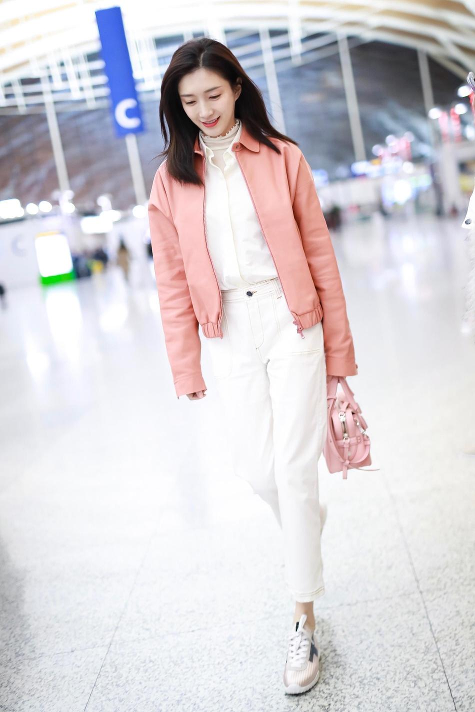 江疏影启程米兰时装周 粉白色系明亮动人