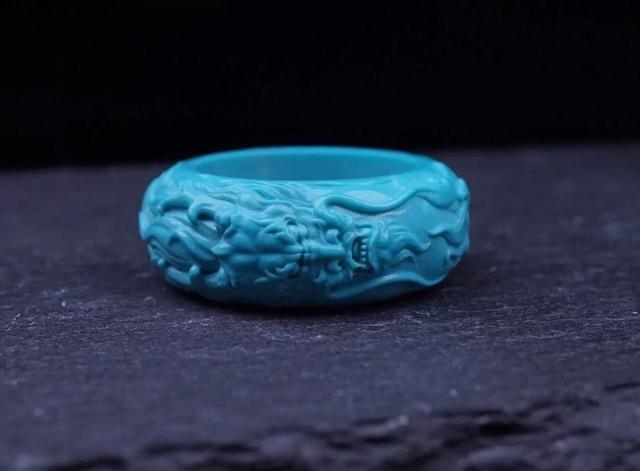 细品绿松石雕刻龙头指环